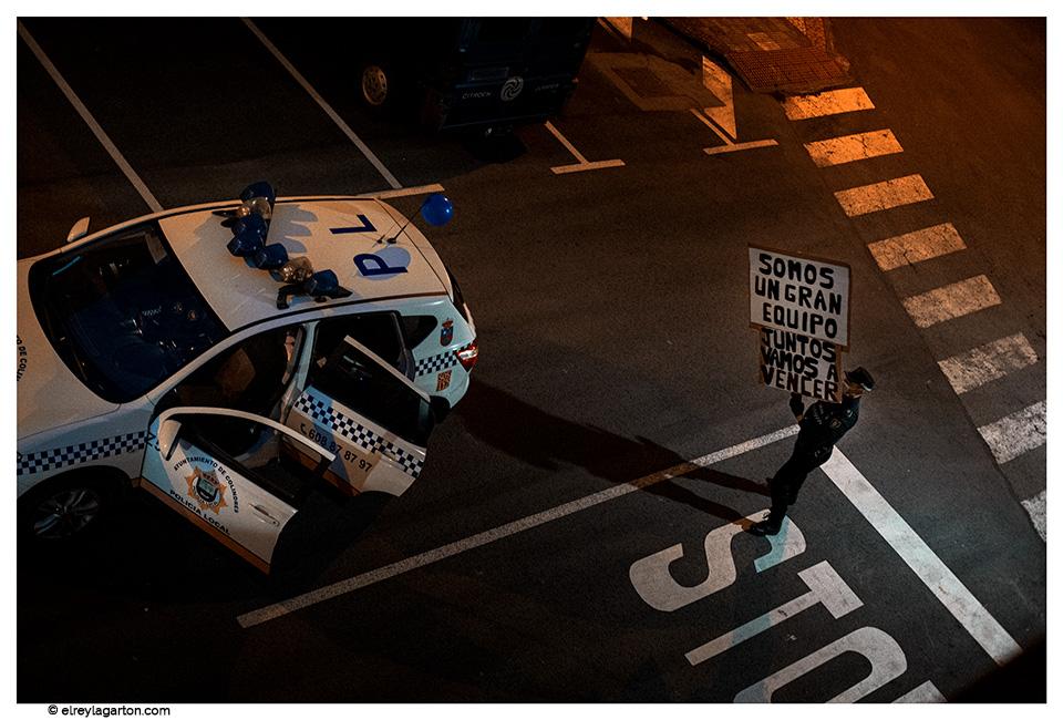 Policía con pancarta de ánimo