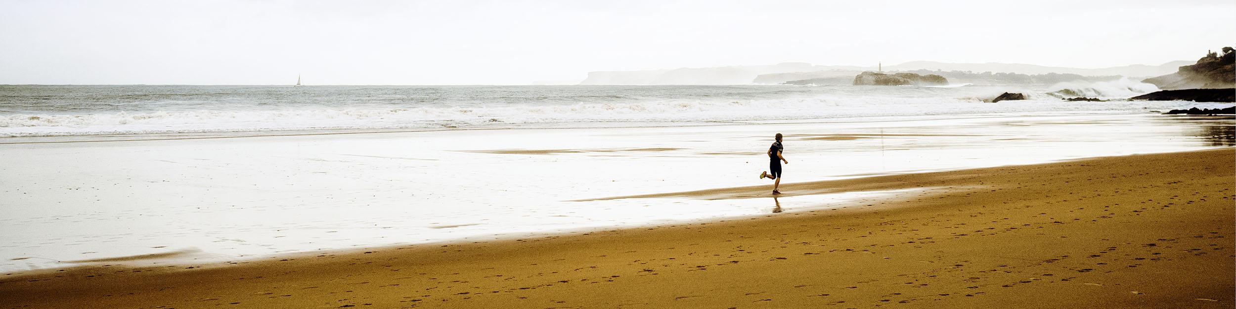chico corriendo playa